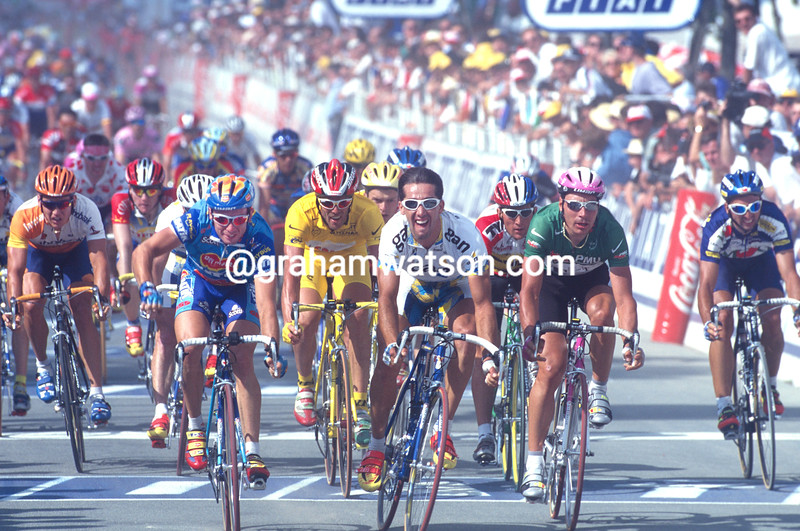 Nicola Minali beats Frederic Moncassin to win a stage in the 1997 Tour de France
