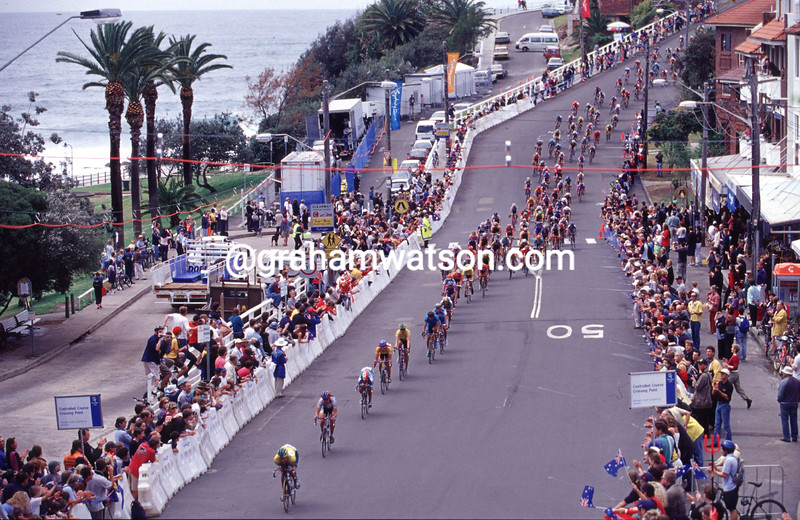 The mens peloton descends to Bondi Beach in the 2000 Olympic Games road race