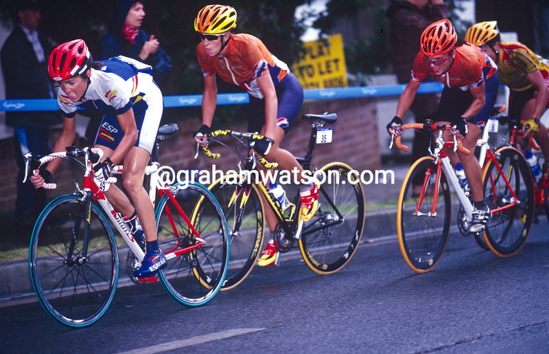 Joane Somarriba leads Leontien Van Moorsel in the 2000 Olympic Games road race
