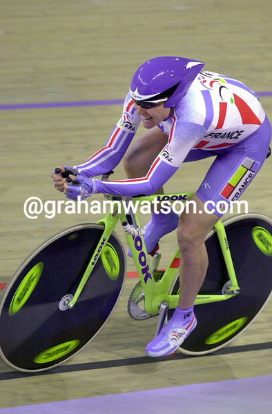 Marion Clignet wins the individual pursuit silver medal at the 2000 Olympic Games