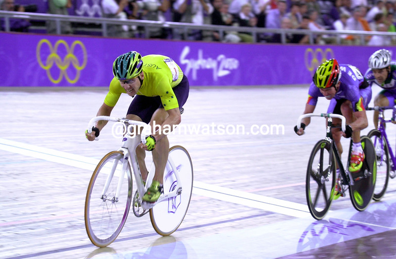Brett Aitken attacks in the 2000 Olympic Games madison race