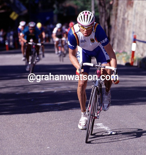 Jan Ullrich attacks in the 2000 Olympic Games road race