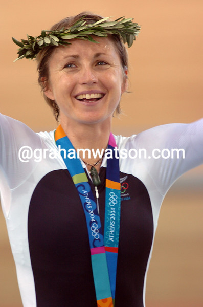 Sarah Ulmer wins the womens pursuit at the 2004 Olympic Games