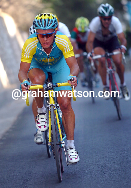 Alexandre Vinokourov escapes in the 2004 Olympic Games road race
