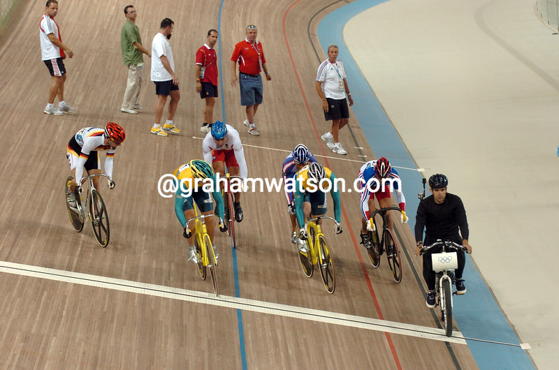 THE FINALISTS FOLLOW THE PACE MOTO IN THE 2004 OLYMPIC GAMES KIERIN