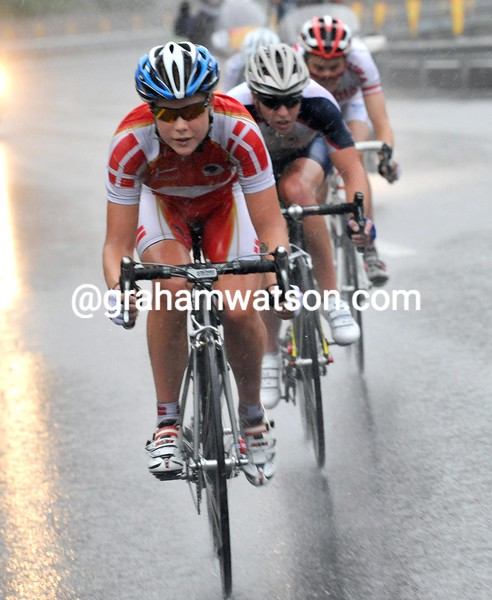 Linda Villumsen leads a late move towards the finish...