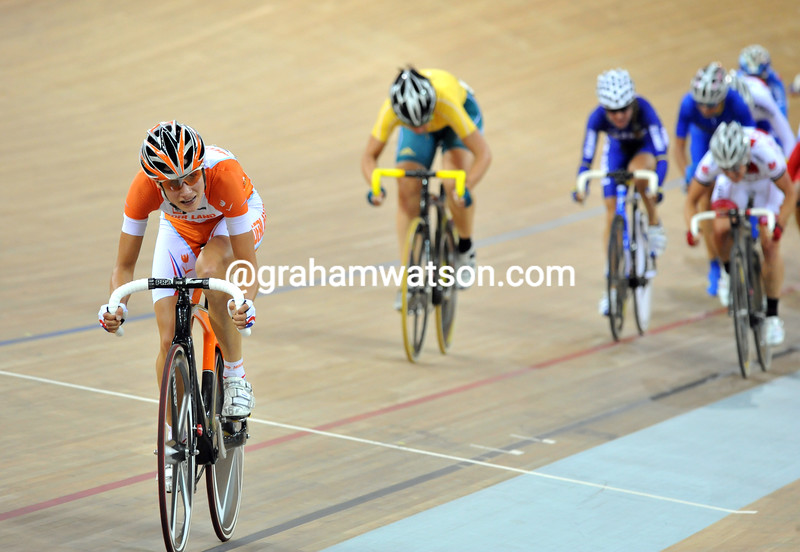 MARIANNE VOS ATTACKS IN THE WOMENS POINTS RACE AT THE 2008 OLYMPIC GAMES