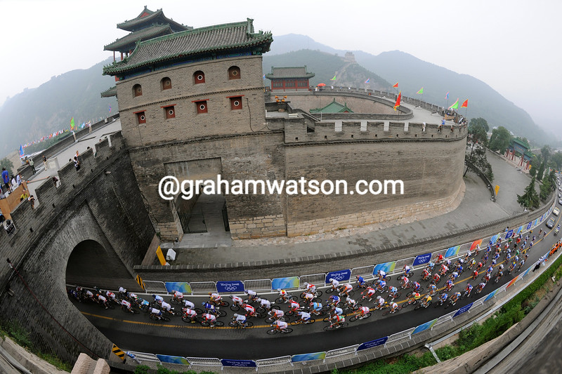 THE PELOTON PASSES THE GREAT WALL OF CHINA IN THE 2008 OLYMPIC GAMES