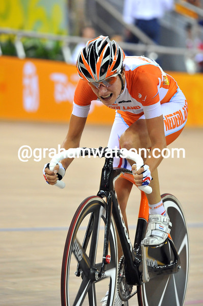 MARIANNE VOS IN THE WOMENS POINTS RACE AT THE 2008 OLYMPIC GAMES