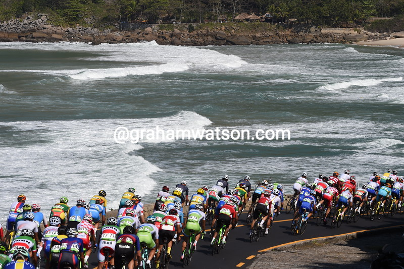The peloton barely has time to enjoy the surf as it heads towards the first hills a few minutes behind