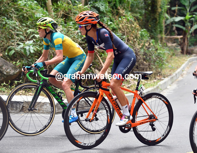 Lizzie Armistead is alongside Neylan, and looking like a World Champion just behind the leaders of the peloton