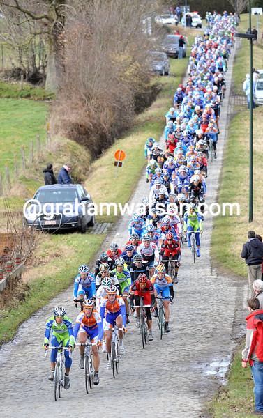 The peloton heads on to the first cobbles at Haaghoek in the 2010 Omloop Het Nieuwsblad