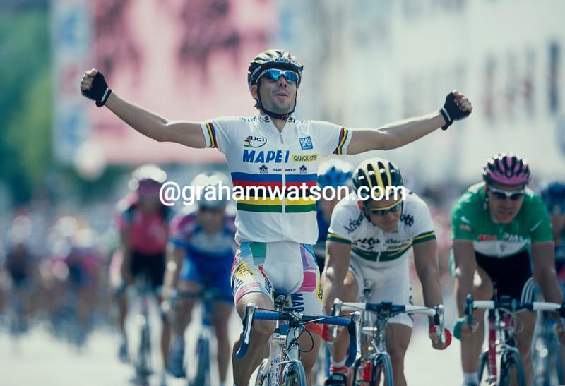 Oscar Freire wins a stage of the 2002 Tour de France