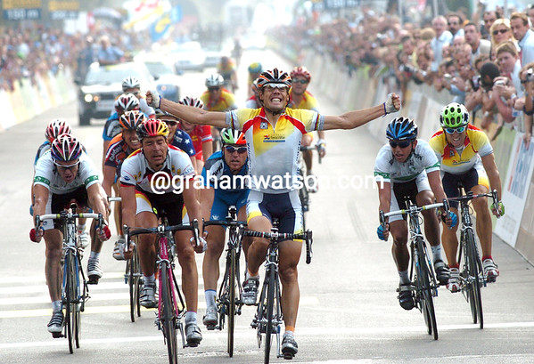 OSCAR FREIRE WINS THE 2004 WORLD CHAMPIONSHIPS