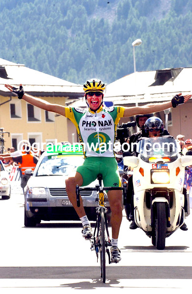 Oscar Pereiro wins a stage in the 2003 Tour de Suisse
