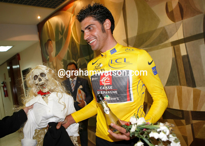 OSCAR PEREIRO WITH THE 2006 TOUR DE FRANCE WINNER'S JERSEY