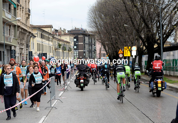 15,000 runners in a Milan event get a surprising sight as the peloton leaves town...