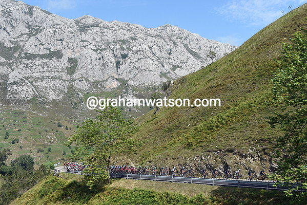 The Vuelta is in Asturias today, and clmbing the Collada de la Hoz...