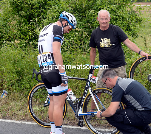 John Degenkolb changes a wheel - and he has time to joke with his mechanic...