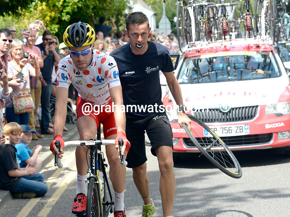 Best climber Cyrile Lemoine also needs a wheel change, but there are no jokes to be heard with Cofidis...