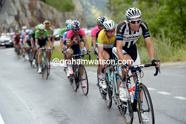 Dumoulin leads Martin in a desperate attempt to close the gap...