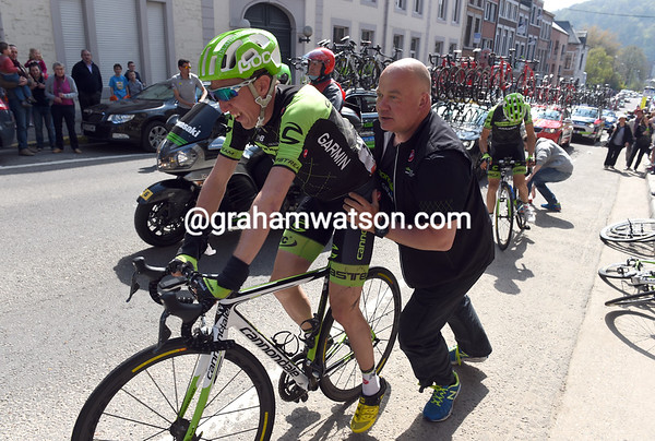 Cannondale's mechanic pushes Martin away, but the Irishman will abandon soon afterwards...