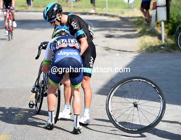 Simon Clarke rushes to the aid of Richie Porte after a flat tyre with seven kilometres to go...