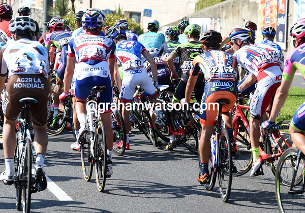 A bigger pile-up has caught out many riders with 15-kilometres to go...