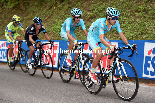Mikel Landa has suddenly got across to help team Aru - these four will finish the stage together...
