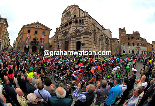 Huge crowds packed the streets of Grosseto to see stage seven begin...