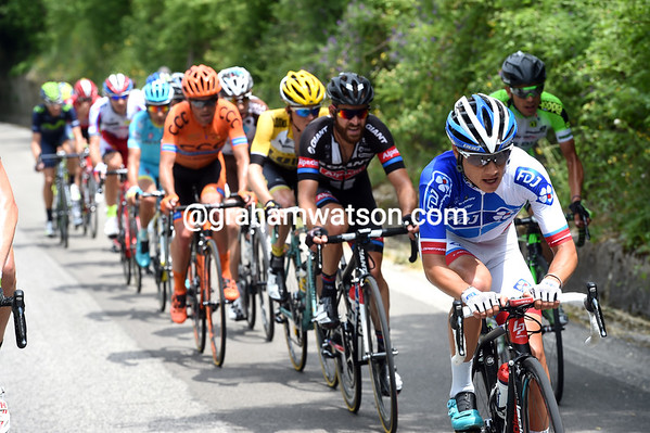 The cause of the discomfort is a series of attacks in front, like this one with Kenny Elissonde...