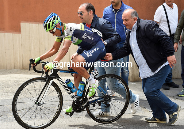 Esteban Chaves was in the front group but fell in Benevento - he's pushed back by a helpful fan...