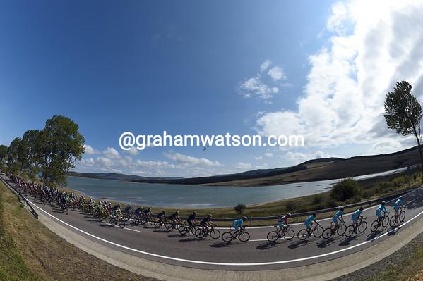 The peloton passes the massive Embalse del Ebro - the source of the river Ebro - with 25-kilometres left...