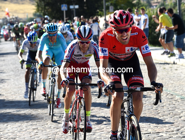 Dumoulin has accelerated on the cobbles, putting Aru into difficulty...