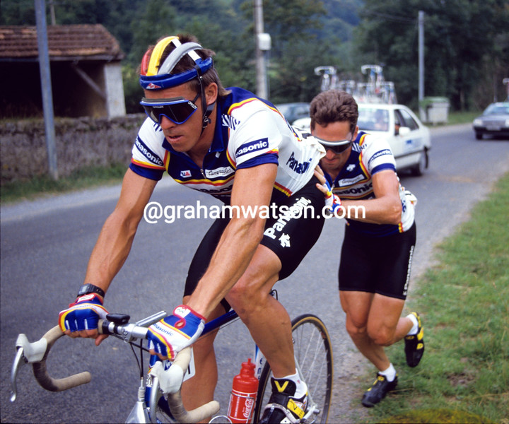 Phil Anderson gets help from Allan Peiper at the 1987 Tour de France