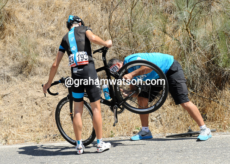Phillip Deignan gets a bike fixed in the 2014 Tour of Spain