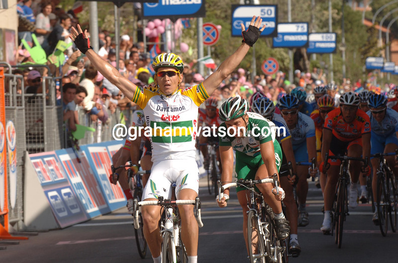 ROBBIE MCEWEN WINS STAGE SIX OF THE 2005 GIRO D'ITALIA