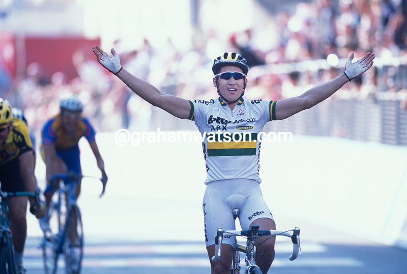 Robbie McEwen wins a stage in the 2002 Giro d'Italia