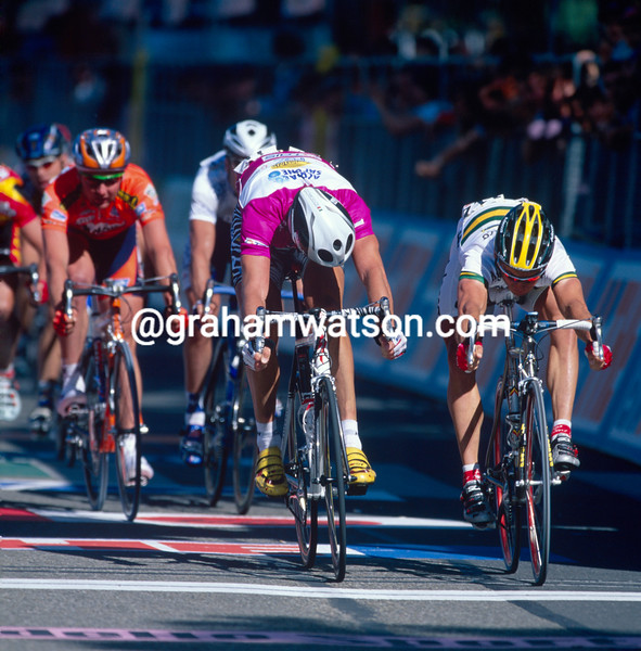 Robbie McEwen beats Mario Cipollini to win a stage in the 2002 Giro d'Italia