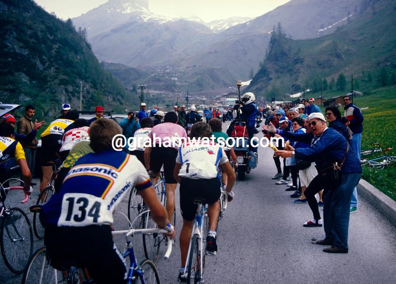Robert Millar helps Stephen Roche in the 1987 Giro d'Italia