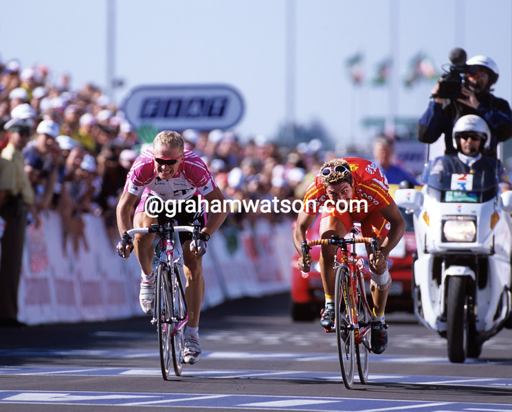 Salvatore Commesso wins a stage of the 2001 Tour de France from Alexandre Vinokourov