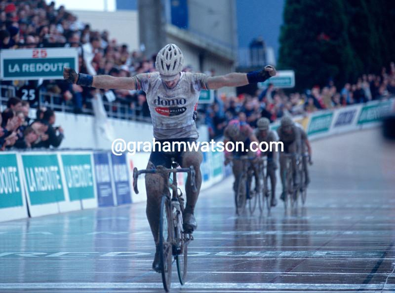 Servais Knaven wins the 2001 Paris-Roubaix