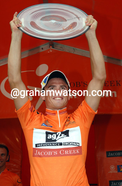 SIMON GERRANS CELEBRATES ON THE PODIUM AFTER STAGE FIVE OF THE TOUR DOWN UNDER