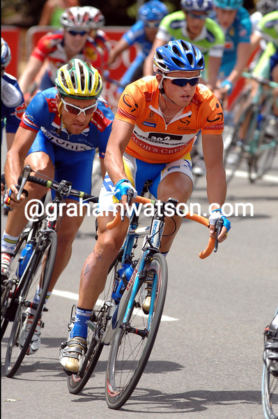 SIMON GERRANS CORNERS IN FRONT OF VAN HOUTE DURING STAGE FIVE OF THE TOUR DOWN UNDER