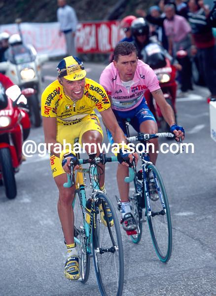 Stefano Garzelli leads Francesco Casagrande on a stage of the 2000 Giro d'Italia