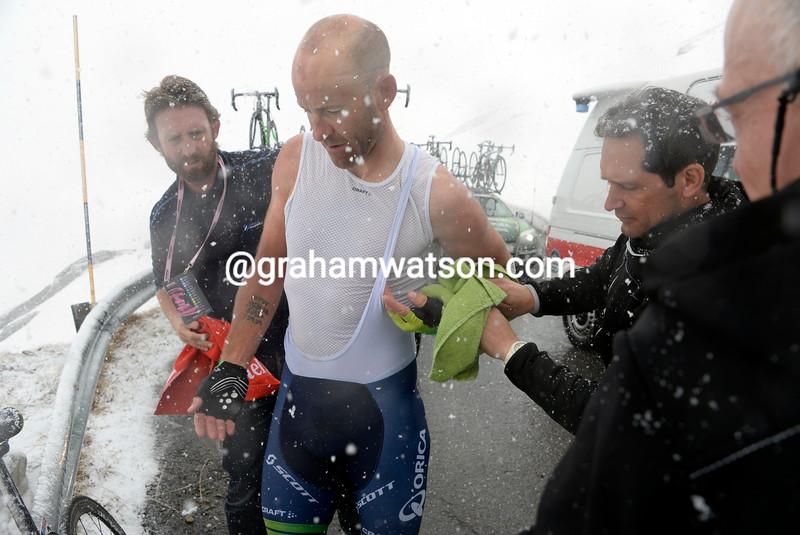 Svein Tuft stops to put on warm clothing on the Gavia in 2014 Giro d'Italia