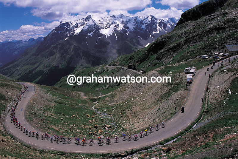 Lance Armstrong leads the 2000 Tour de France up the Col du Galibier