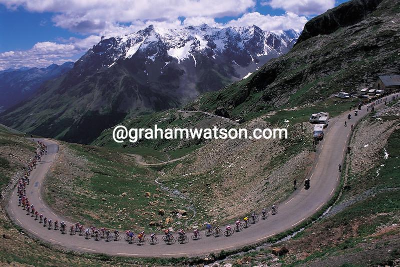 Lance Armstrong leads the 2000 Tour de France up the Col du Galibier