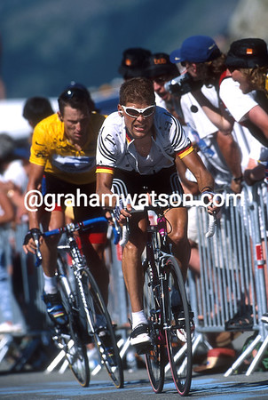 Jan Ullrich leads Lance Armstrong at Luz-Ardiden in the 2001 Tour de France