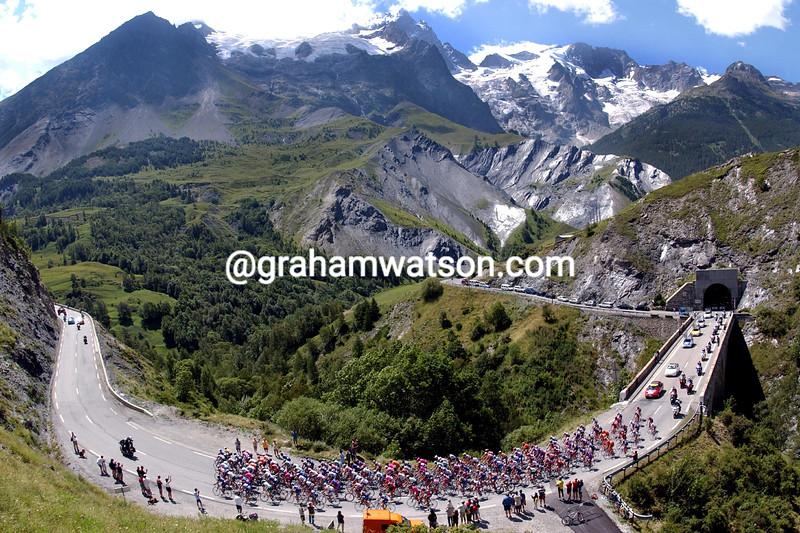 The 2002 Tour de France climbs the Col du Lautaret